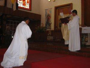 El Señor Cardenal hace la Plegaria de Consagración.