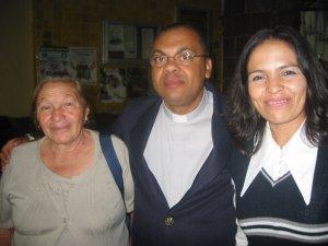 ... y aquí con la Mamá y la hermana del Díácono Manuel, que va a ser ordenado sacerdote el 13 de mayo próximo.