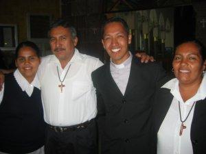 Padre Alejandro con un Postulante de la Hermanas Doroteas y sus Padres. Son paisanos de El Salto.