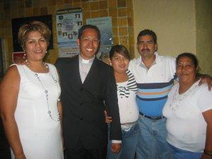 Padre Alejandro con unas amistades.