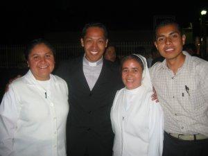 Padre Alejandro, una Hermanas Doroteas y el seminarista Rodrigo.