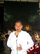 El Padre Humberto bendijo los alimentos...
