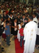 Terminada la Santa Misa, se formó una larga fila de gente, que quiso besarles las manos al Padre Humberto.