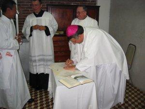 Y también el Señor Obispo pone su firma.<br />