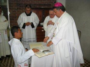 ... con la mano sobre el Evangelio.