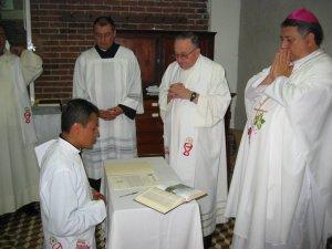 Antes de la Celebración Litúrgica de  Ordenación Sacerdotal, Humberto hizo su Solemne Profesión de Fe y de Obediencia a sus Superiores...