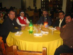Terminamos el día con una rica tamalada, entre seminaristas y familiares del Padre Lino.