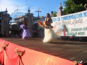 Unas chavas de la Prepa de Cotija nos deleitaron con unos bailables tahitianos.