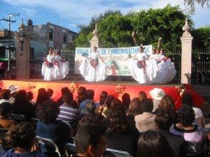 Los Jóvenes de la Prepa de Cotija interpretaron unos bailes típicos de Veracruz, tierra evangelizada por el Cotijense San Rafael Guizar y Valencia.