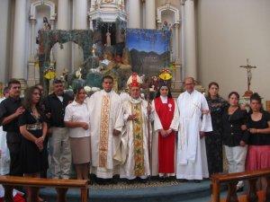 Parte de la Familia García Ayala en la foto-recuerdo con el Obispo.