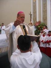El Señor Obispo reza la Oración Consecratoria.