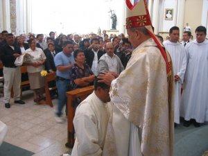Repitierndo el gesto de los Apóstoles, el Señor Obispo, invocanco al Espíritu Santo,  impone las manos a Lino, ...