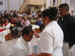 Lino recibe la bendición de su Madre.
