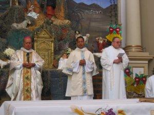 Comenzando la Santa Eucaristía.
