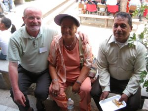 Los Padres del Padre Alejandro Cifuentes Flores, Misionero en Brasil, junto al Padre Román.