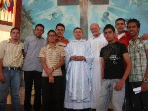 El Padre Manuel con unos JSF (Jóvenes Sin Fronteras).