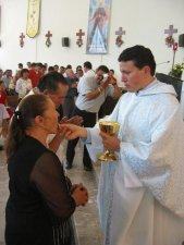 El Padre Manuel da la Comunión a su Madre...