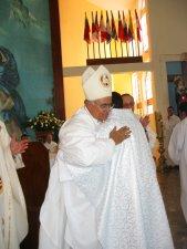 El Señor Obispo da el abrazo de paz y de bienvenida al Sacerdocio Ministerial al Padre Manuel.