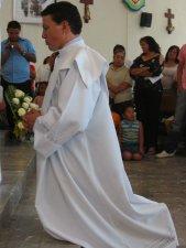 El Obispo invoca la fuerza de Dios, para que Manuel pueda cumplir con la misión que le ha sido confiada.