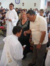 Manuel pide la bendición de sus Padres.