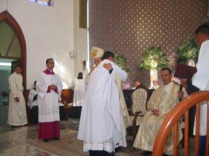 Primero el Señor Obispo, y en seguida todos los Sacerdotes presentes...