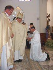 Momento central de la Celebración: La Imposición de Manos.<br /> Primero el Señor Obispo...