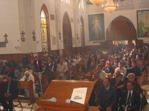Todos los feligreses presentes atentos y devotos, siguiendo emocionados el Santo Rito de Ordenación Sacerdotal...