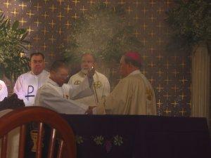 Elo momento de la incensación del altar.