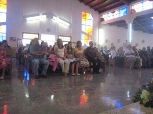 El papa y las hermanas con las sobrinas del Neo sacerdote gozando al máximo de tan importante evento