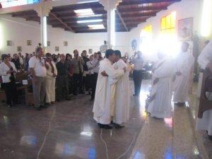 Todos los hermanos presbiteros le damos la bienvenida y besamos sus manos consagradas al servicio de Dios y los migrantes
