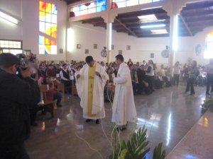 Es revestido con la Casulla por su hermano y padrino Gerardo