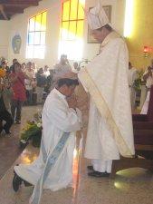 Momento sublime, la imposición de las manos, signo de la trasmisión del poder apostólico