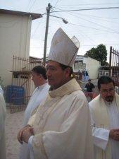 El Obispo diocesano de Ensenada, Mons. Sigifredo, con la autoridad apostolica concedida, ha impuesto las manos y proclamado la oración consagratoria sobre este hermano nuestro