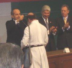 Padre Flor recibiendo la medalla y el Premio Nacional por su trabajo altruista en favor de los Migrantes