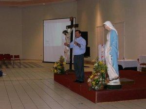 P. Fernando compartiendo el tema de los dones del Espíritu Santo