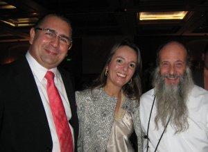 El Sr. Edgardo Rovea y su distinguida esposa también se unieron para felicitar a P. Flor.