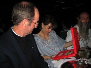 El P. Antonio Muraro y la Sra Carena Pettit admiran el premio