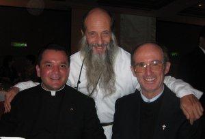 Los Padres Scalabrinianos Fernando y Antonio, unidos a al co-hermano P. Flor. El Beato Scalabrini continue motivándolos al servicio a los migrantes y refugiados.