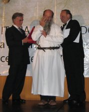 El embajador de Italia en México, Dr. Felice Scauso, y el  Dr.Conrado Prisco, presidente de la Fundación Italia, entregaron el premio y felicitaron a P. Flor