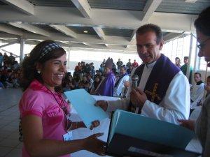 El Padre Bernardo Santana Ramírez entregó un reconocimiento a las muchachas que terminaron su Diplomado en Pastoral Juvenil.