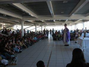 En la Celebración Eucarística de clausura el Obispo Francisco nos exortó a vivir con fe la Cuaresma y a contagiar a los demás jóvenes con nuestro testimonio.