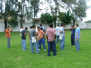 El grupo planea su estrategía para obtener el triunfo.
