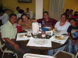 Unos familiares nos acompañaron en la comida del último día.