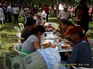 Las personas disfrutaban del buen gusto de Husquilco.