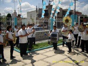La banda amenizó el recorrido al lugar de la comida después de la celebración Eucarística.