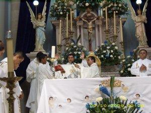 Proclamaba la oración después de la comunión.