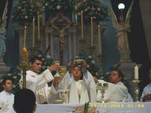 P. Esvin le sirvió de apoyo en el transcurso de la celebración Eucarística.