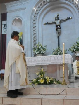Padre Ramiro Chan predicando en la misa de Padre Juan Manuel