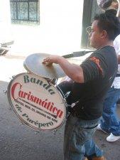 """... por la Banda """"Carismática"""" de Purépero, Mich."""