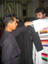 Algunos Padres ayudaron a los Neo-Profesos a revestirse con la sotana.